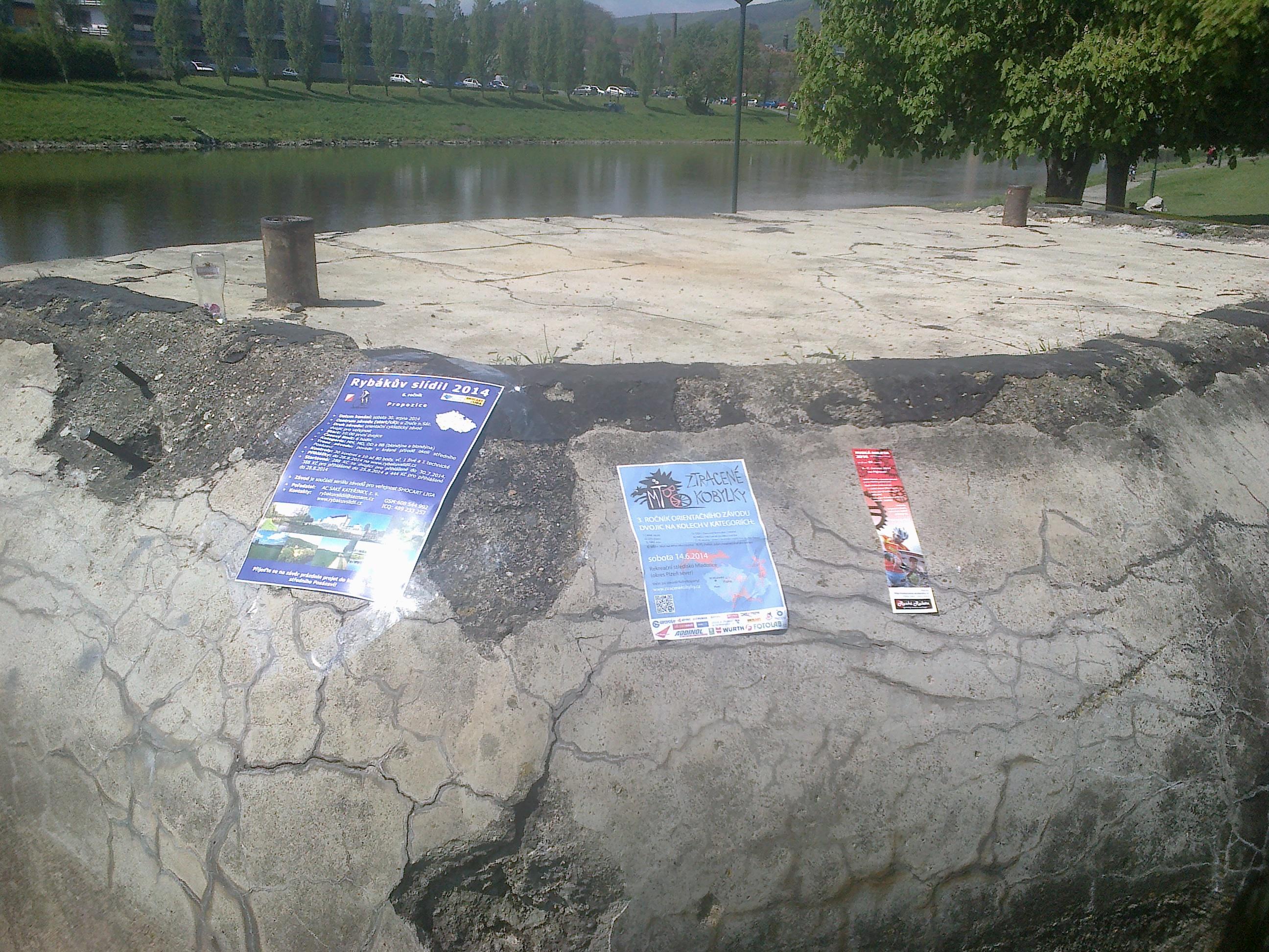 Plakáty na balvanu na VIPrahlém BAJKonuru 2014